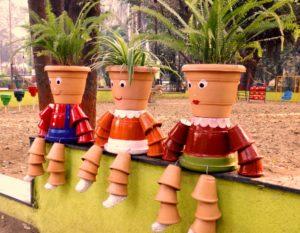 कमला नेहरू पार्कमध्ये कुंड्यांच्या बाहुल्या